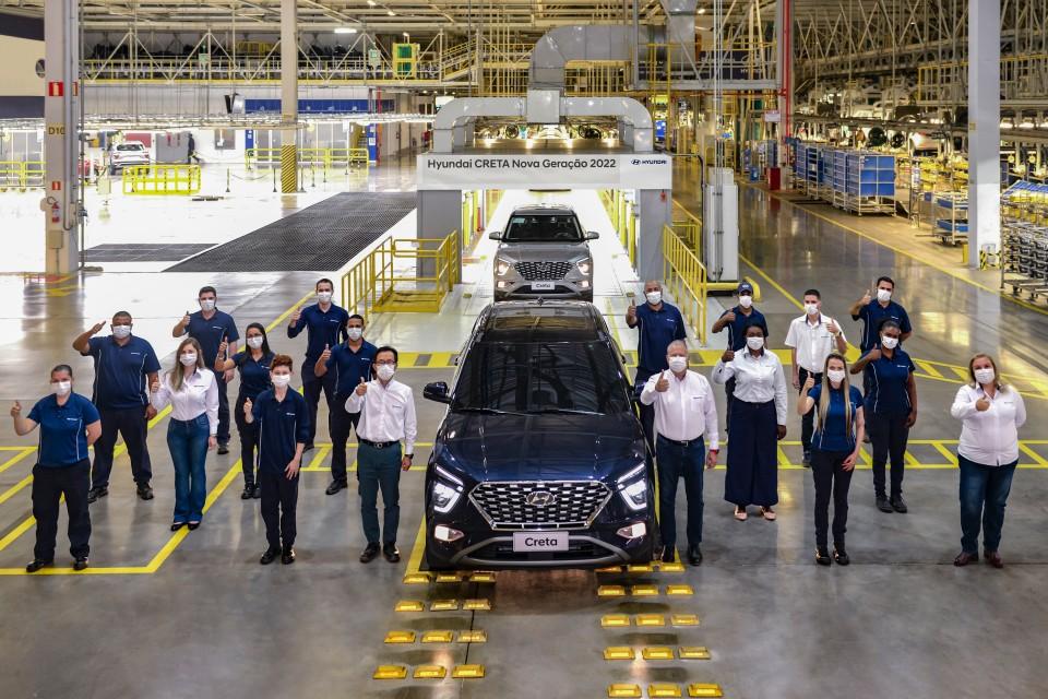 Novo Creta na linha de produção com o CEO da Hyundai e outros colaboradores.