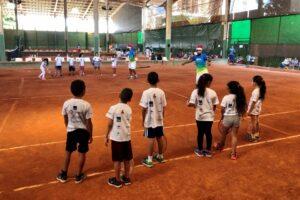 Crianças em projeto de tênis
